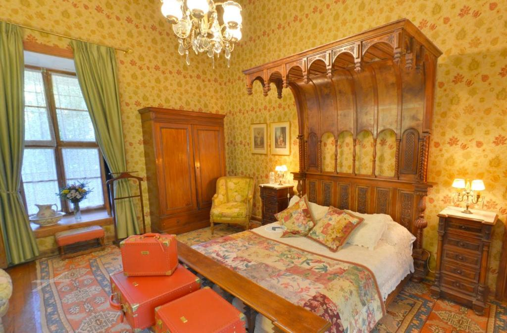 A bed or beds in a room at Hotel Hacienda los Lingues
