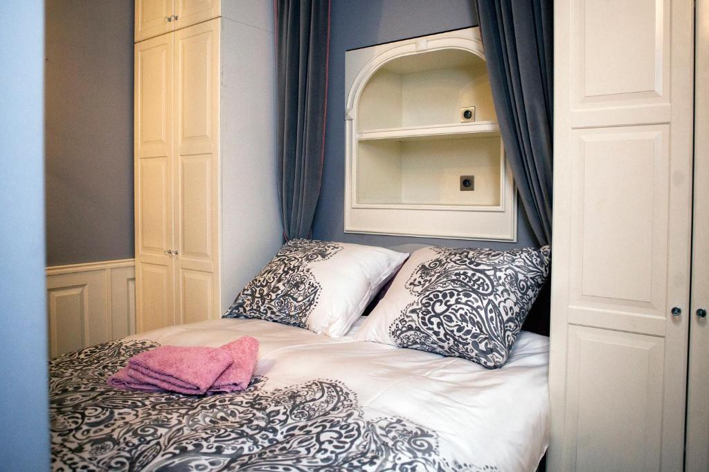 A bed or beds in a room at Royal Residence by OTR