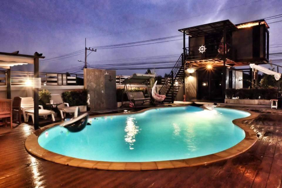 Blue container pool villa cha am thailand for Villa container