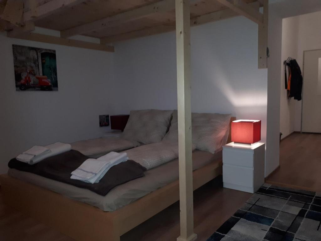 Kama o mga kama sa kuwarto sa Lovely Apartment near Vienna City Center