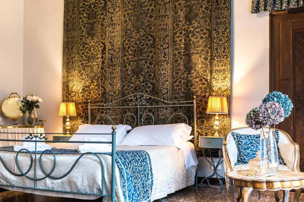 A bed or beds in a room at La Porta D'Oriente B&B