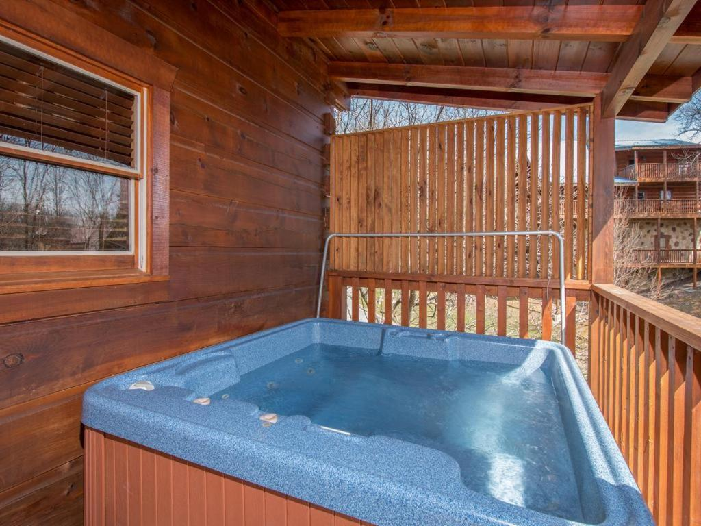 Vacation home soaring arrow two bedroom cabin pigeon forge tn for 2 bedroom hotels in pigeon forge
