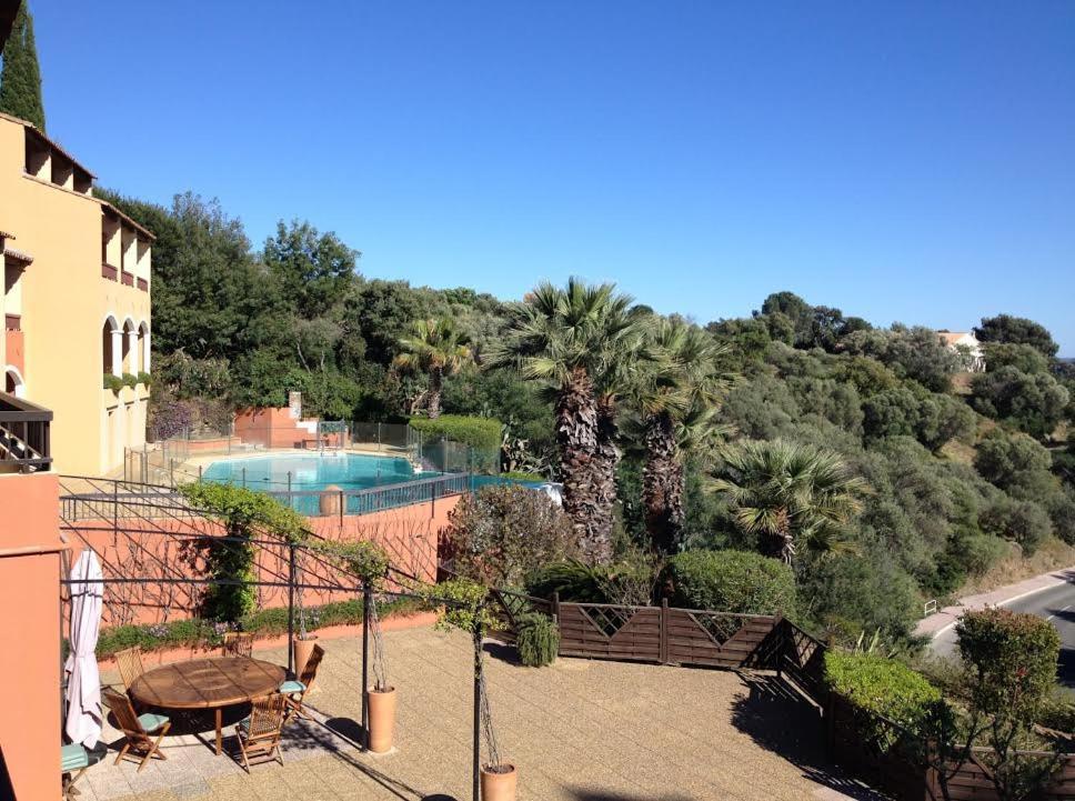 Vue sur la piscine de l'établissement Les Terrasses Du Mirage ou sur une piscine à proximité