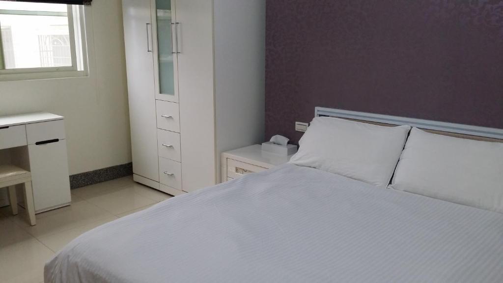 愛玩客107房間的床