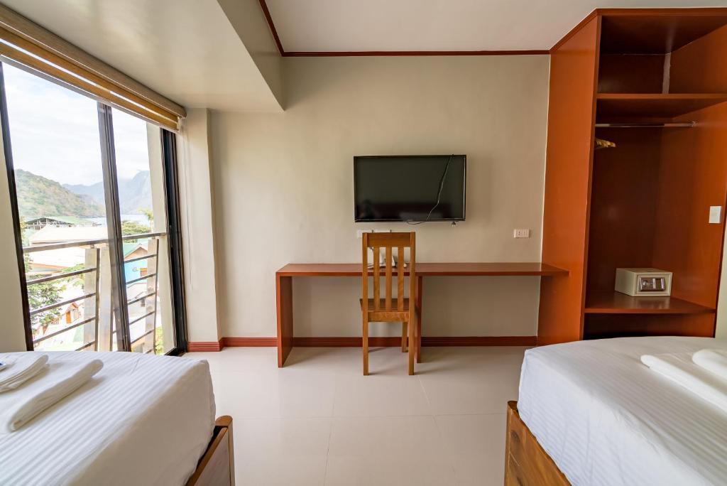 Кровать или кровати в номере Coral Cliff Hotel