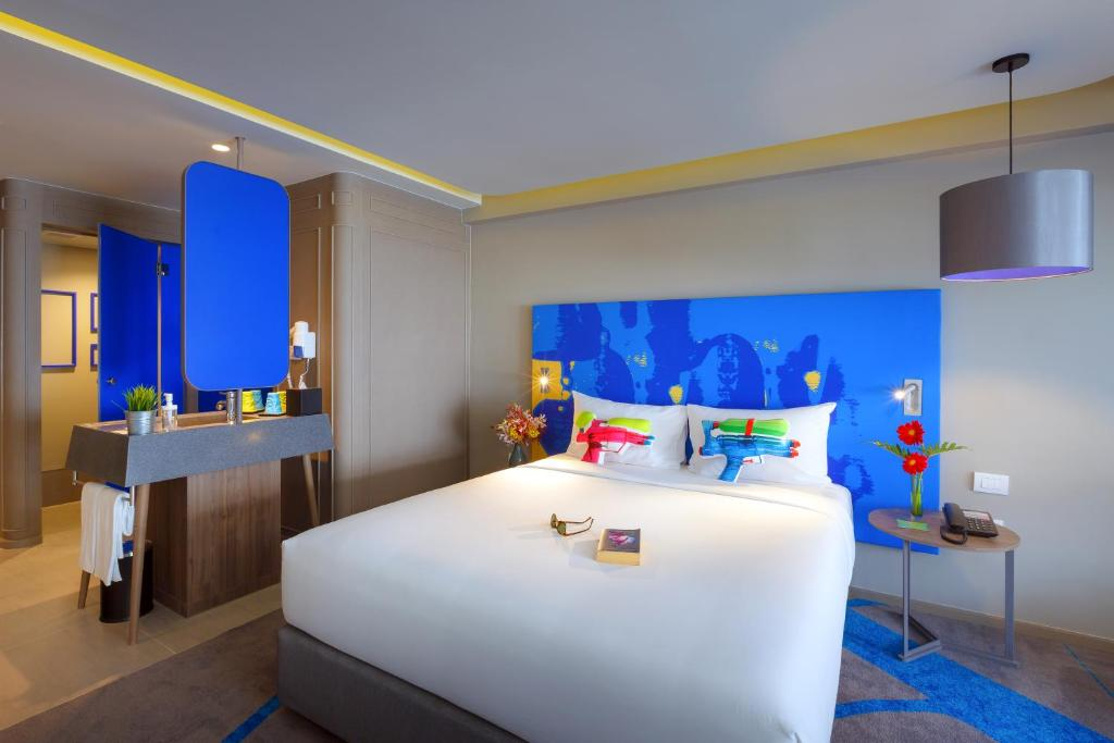 A bed or beds in a room at ibis Styles Bangkok Khaosan Viengtai