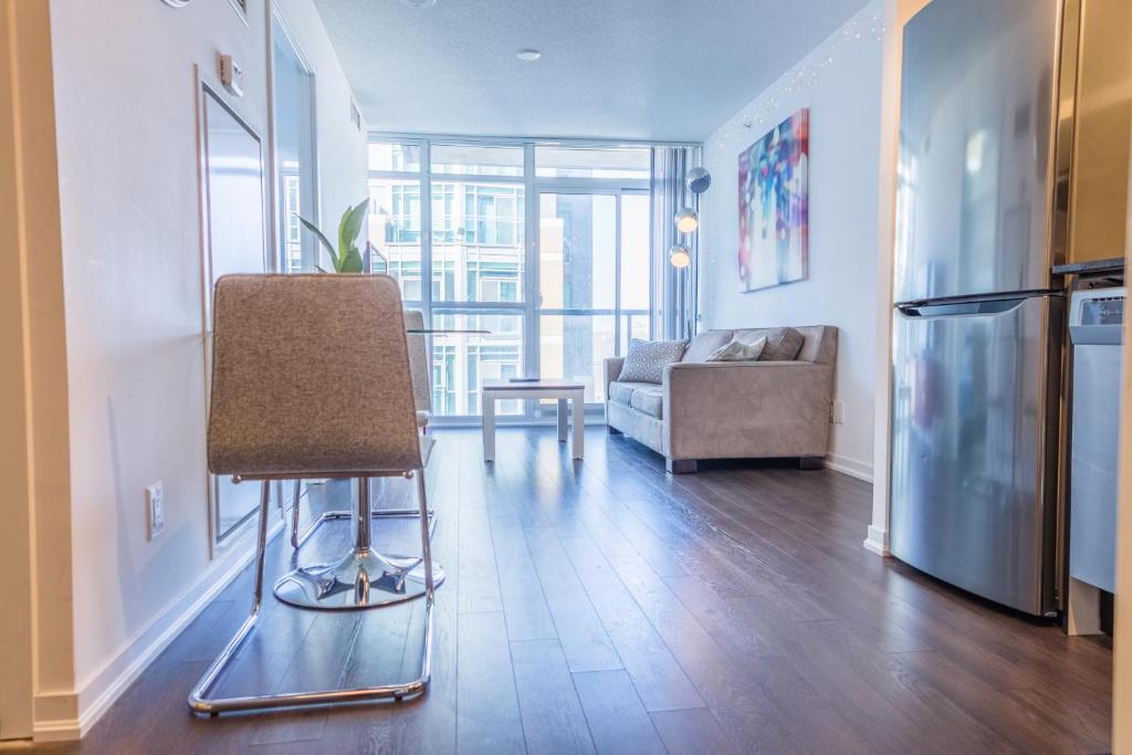 Apartment Queen West Suites  Toronto  Canada   Booking com. 2 Bedroom Apartments For Rent Toronto Queen West. Home Design Ideas