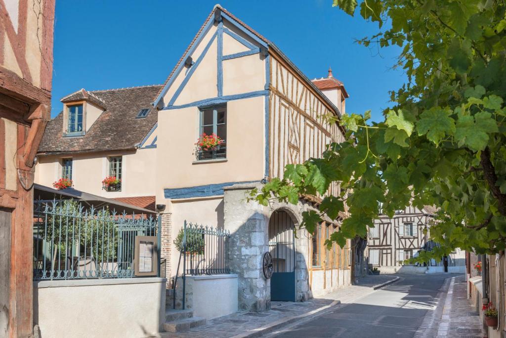 Hotel The Originals Aux Vieux Remparts ex Relais du Silence Provins France