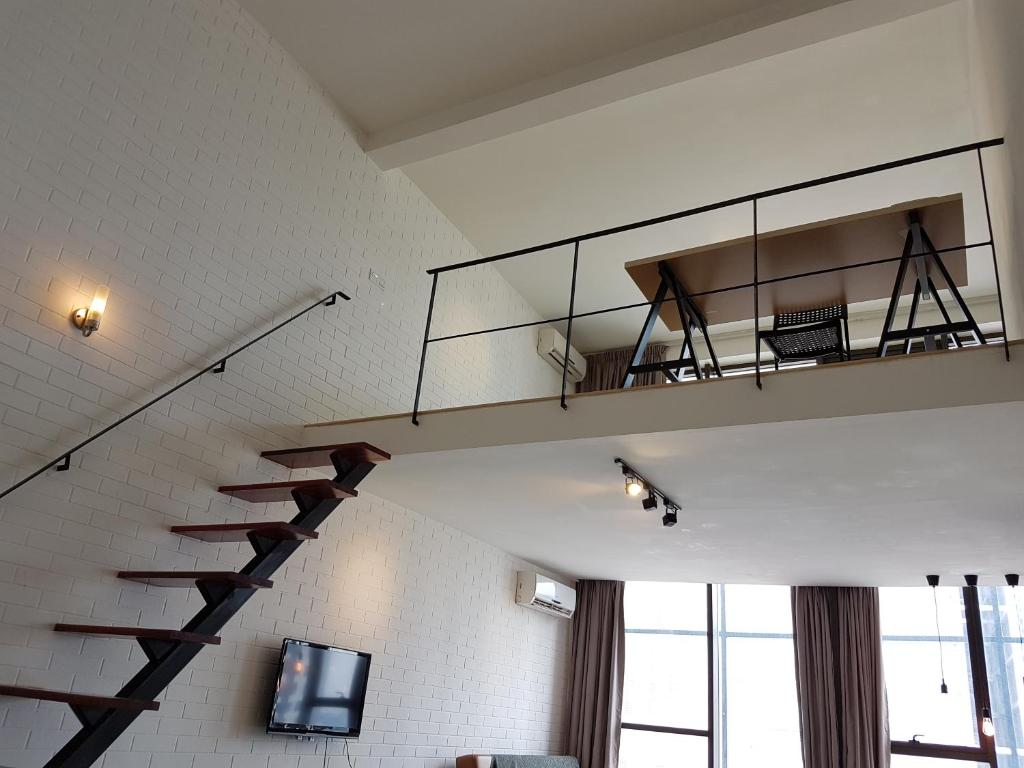 Apartment duplex stay at ikea damansara kota damansara for Escaleras kotas