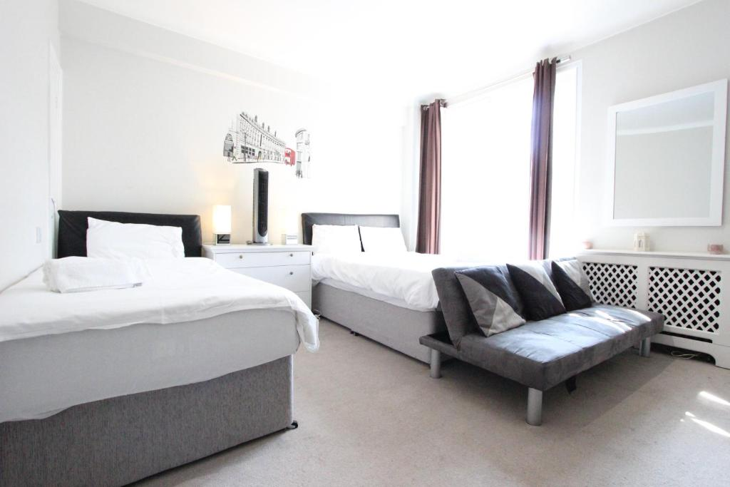 A Bed Or Beds In Room At Cosy Central Apartments Oxford Street Hyde