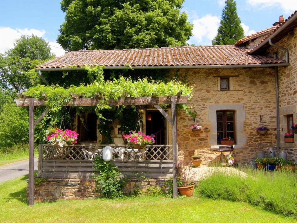 Holiday home la petite maison 3 cussac france for B b la petit maison