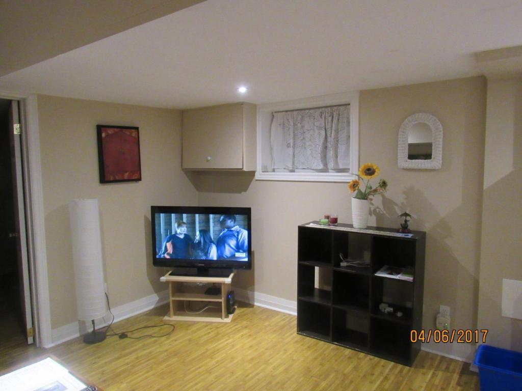Superb Cosy 1 Bedroom Apartment In Toronto Beaches Toronto Interior Design Ideas Jittwwsoteloinfo