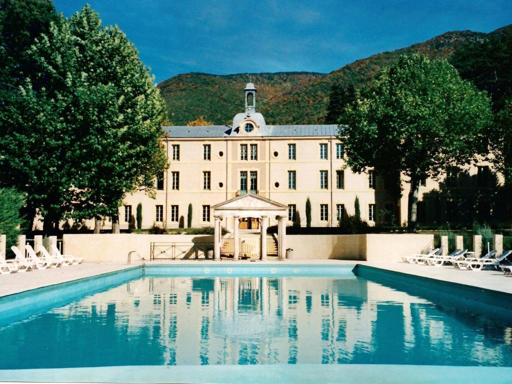 Apartment au chateau provencal reilhanette france for Hotel mont dore avec piscine interieure