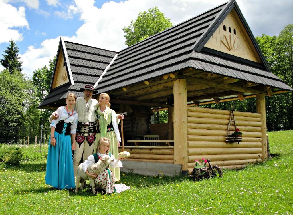 A family staying at Willa Gorska Koleba
