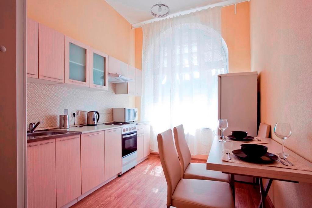 Кухня или мини-кухня в W Apartament Leningradskoye 10