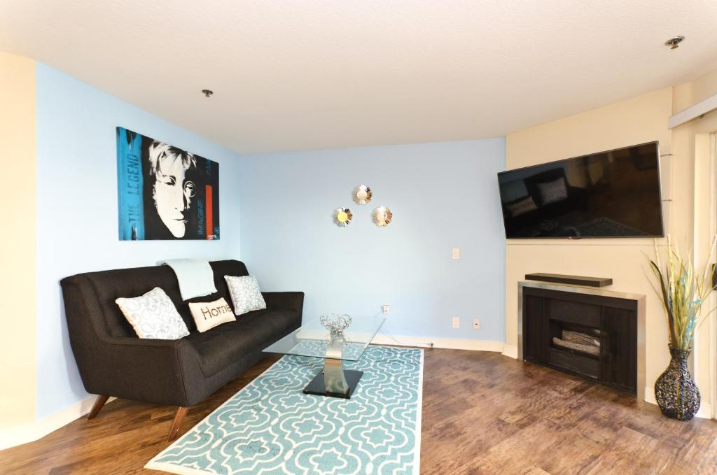 Popular Hollywood and The Grove Luxury Pavilion Resort Style Suite ...