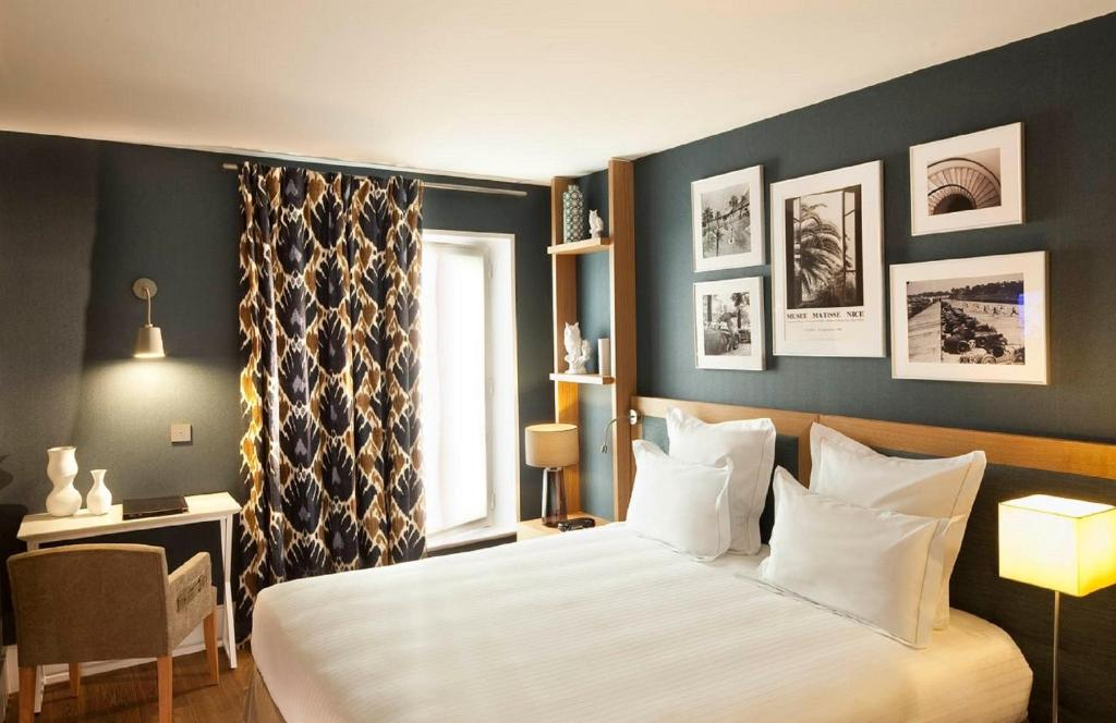 A bed or beds in a room at Hotel La Villa Saint Germain Des Prés