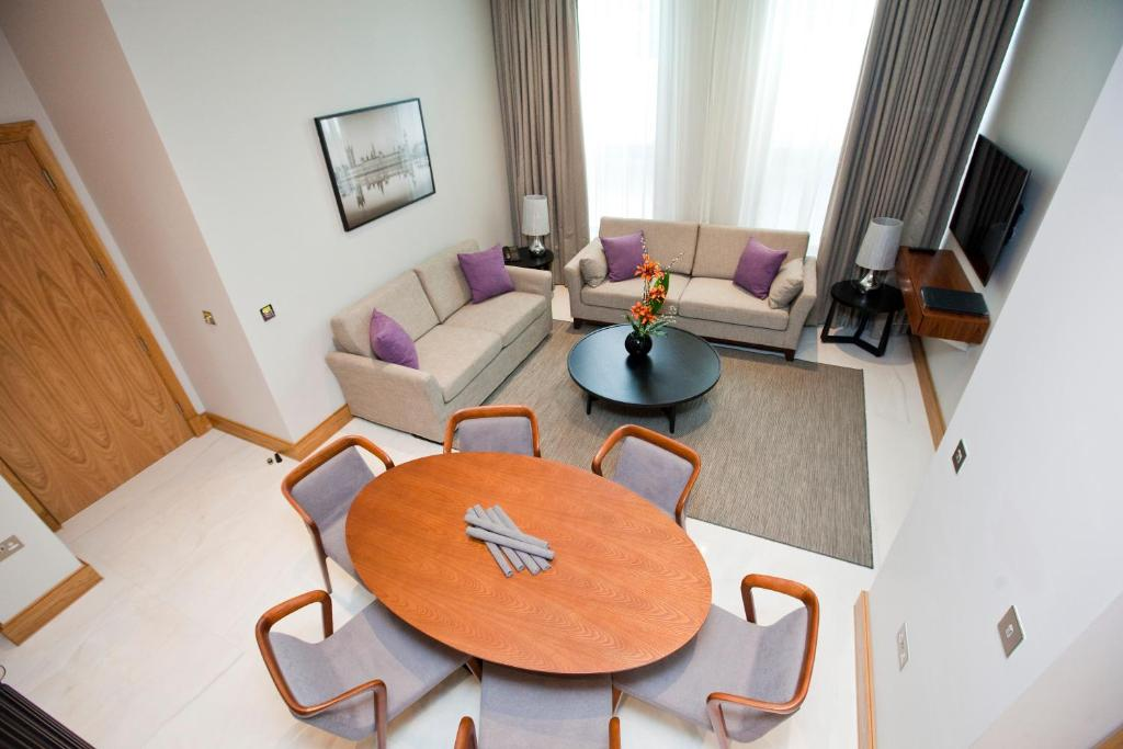 A seating area at Sanctum International Serviced Apartments Belsize