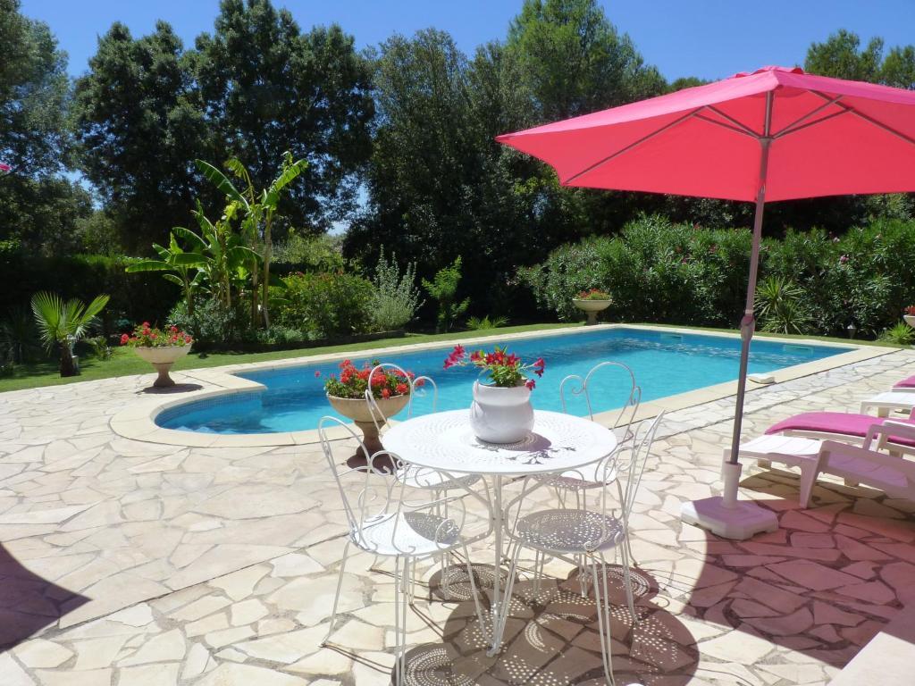 Gite en rez de jardin dans coin calme avec piscine aubais - Gite de france luberon avec piscine ...