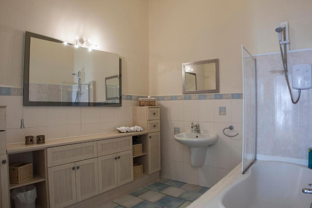 Bathroom Tiles Kilmarnock apartment diamond - walker house, kilmarnock, uk - booking