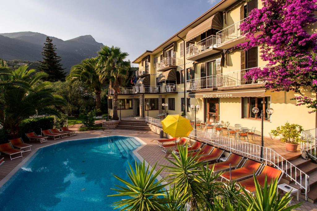 O vedere a piscinei de la sau din apropiere de Hotel Sorriso