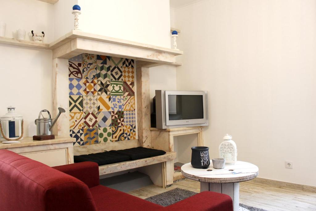 A seating area at Origens Hostel