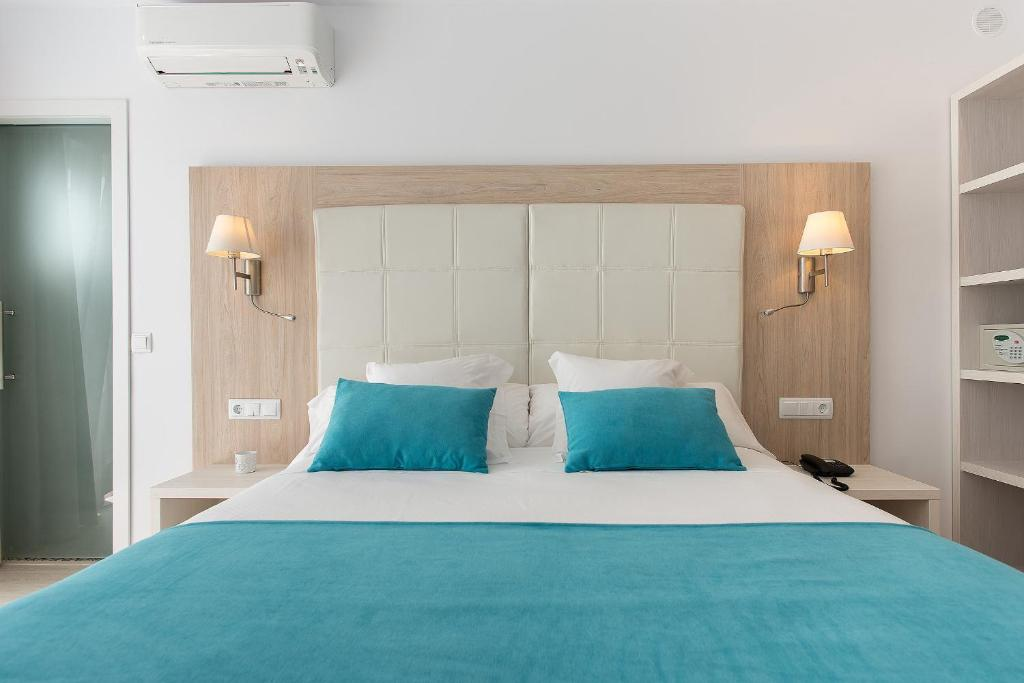 A bed or beds in a room at Hostal Residencia Menurka