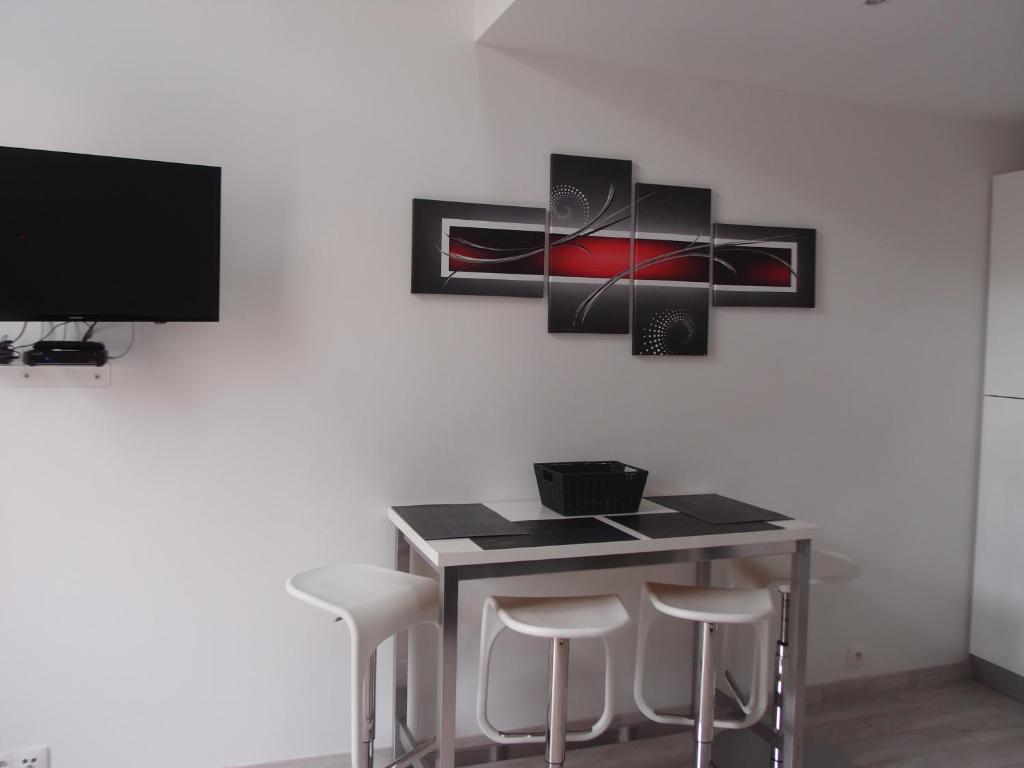 Apartment Baou Des Blancs Meubl Touristique Vence France  # Une Table A Tv
