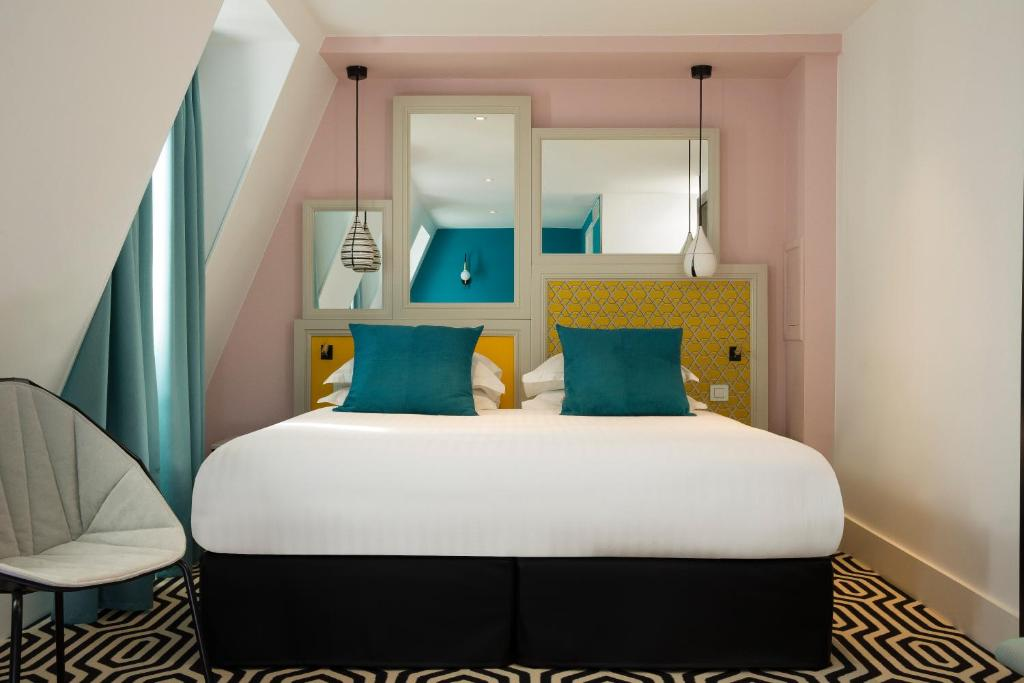 A bed or beds in a room at Hotel Haussmann Saint Augustin