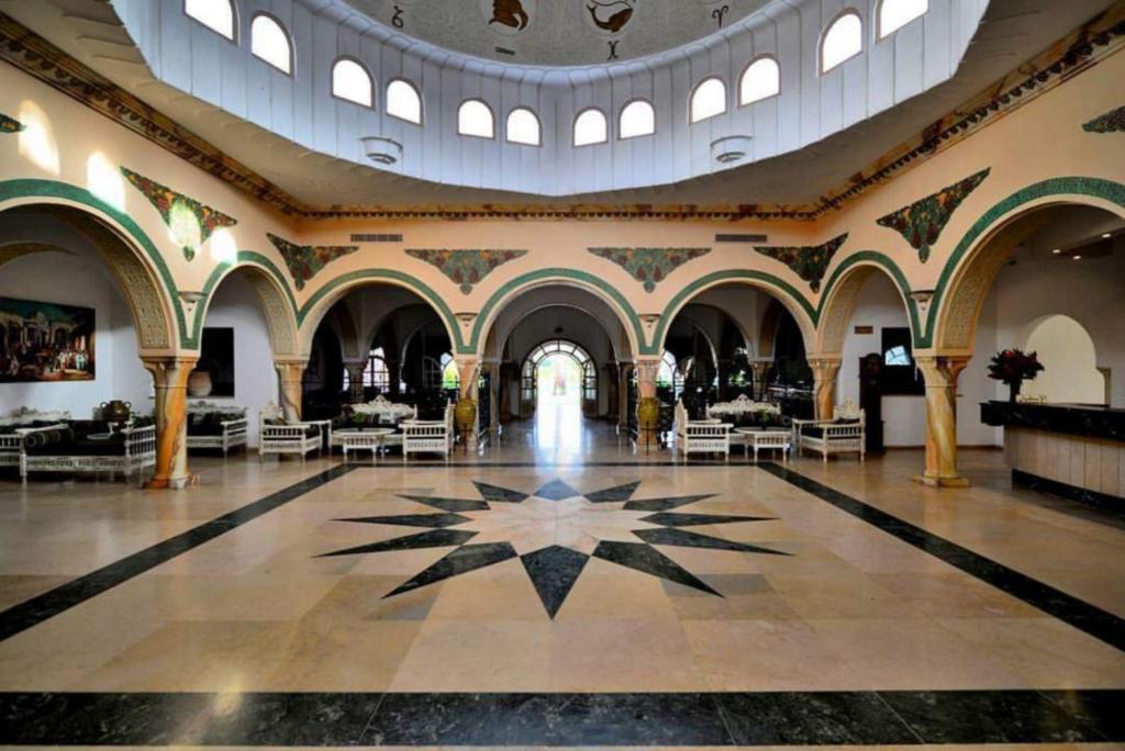 До пляжа можно дойти всего за 5 минут. Отель Zodiac расположен в районе Ясмин Хаммамет, в 10 минутах от поля для гольфа Citrus et Yasmine и в 200 метрах от собственного пляжа с бесплатными шезлонгами и зонтиками.