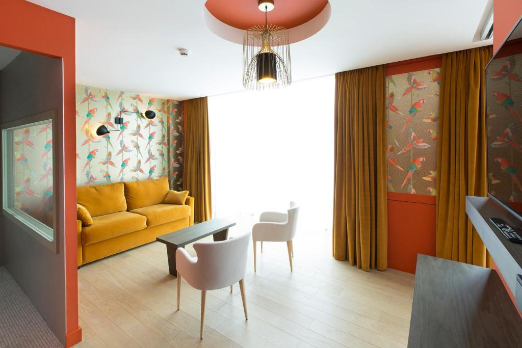 A seating area at Hotel L'Arbre Voyageur - BW Premier Collection - LILLE