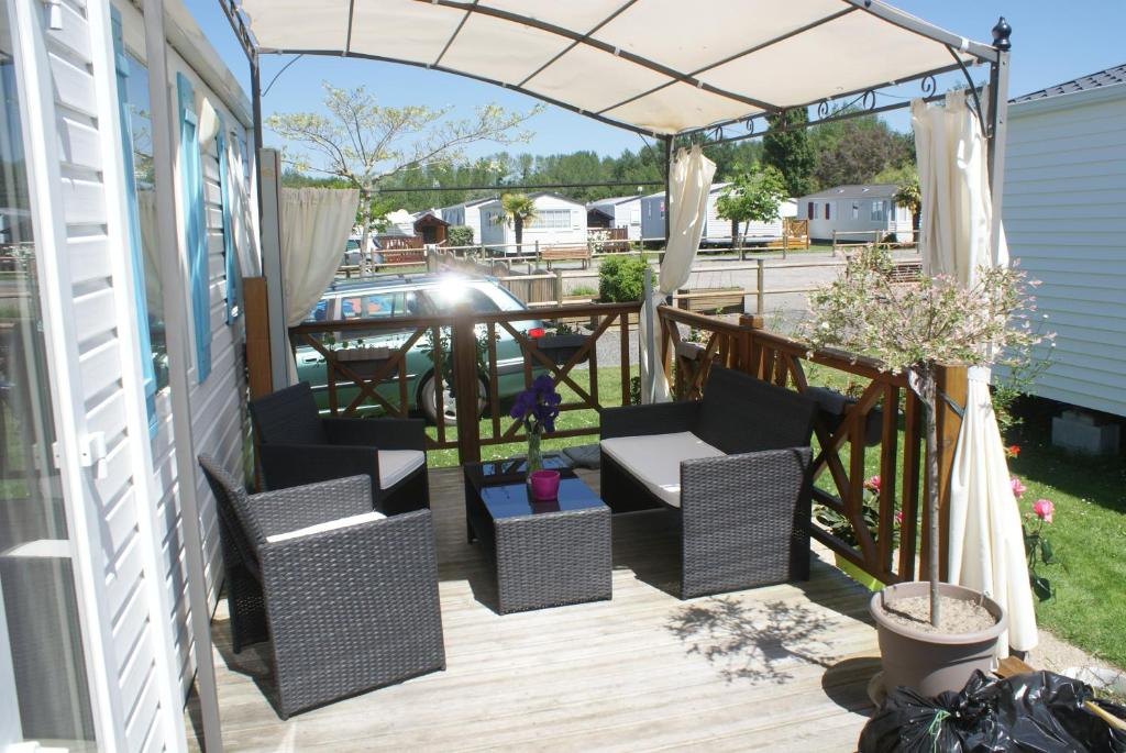 A restaurant or other place to eat at Mobil Home