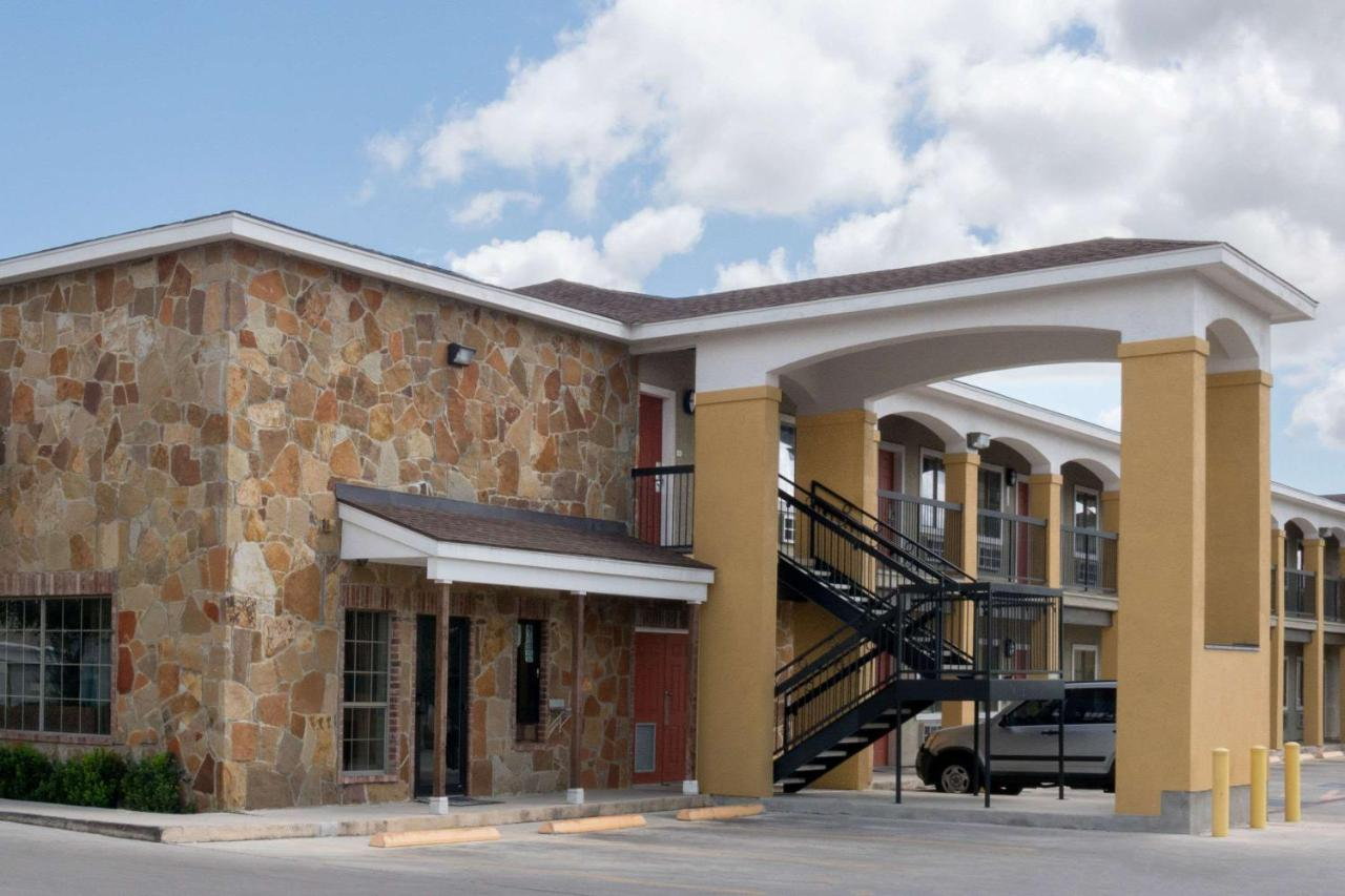 Houston To San Antonio >> Super 8 By Wyndham San Antonio Near Fort Sam Houston San Antonio