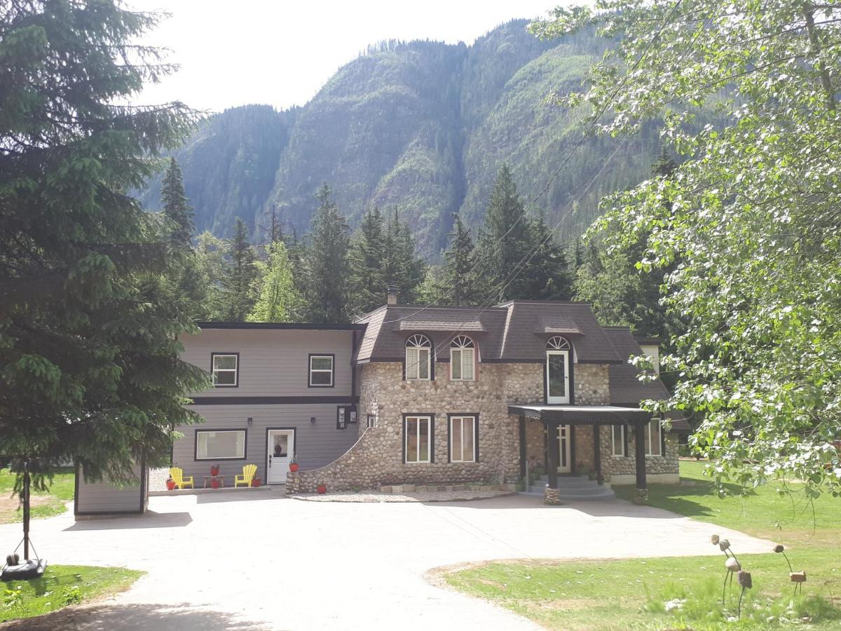 Stone Castle Guest House Revelstoke Canada Booking