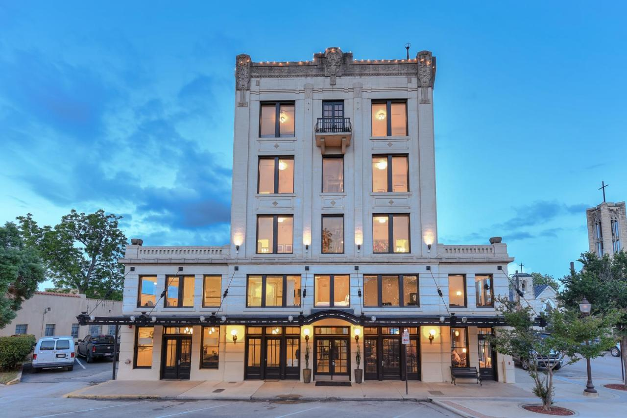 Very relaxed review of park plaza hotel seguin for Hotel e booking