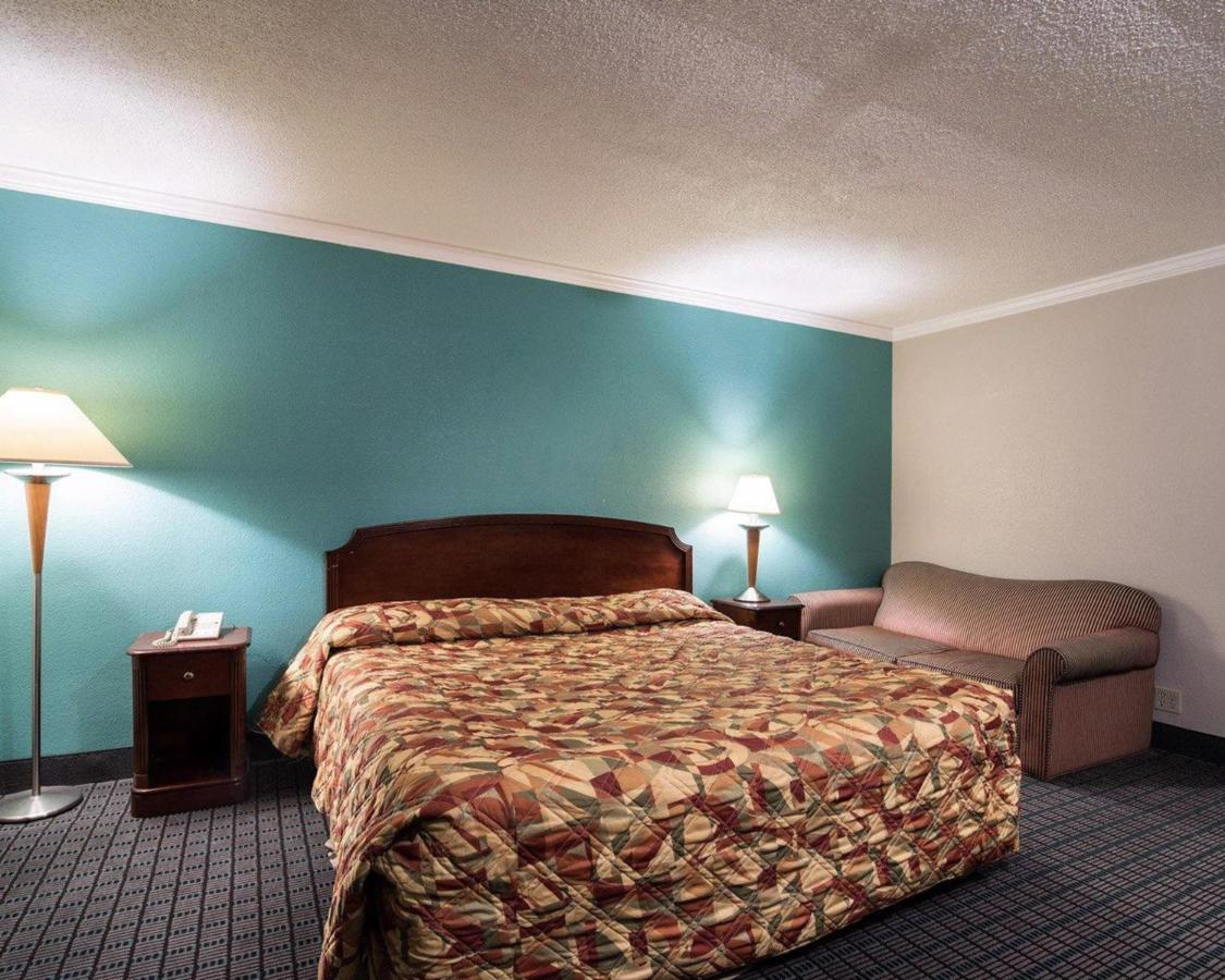 John Milton Inn, East Syracuse, NY - Booking.com