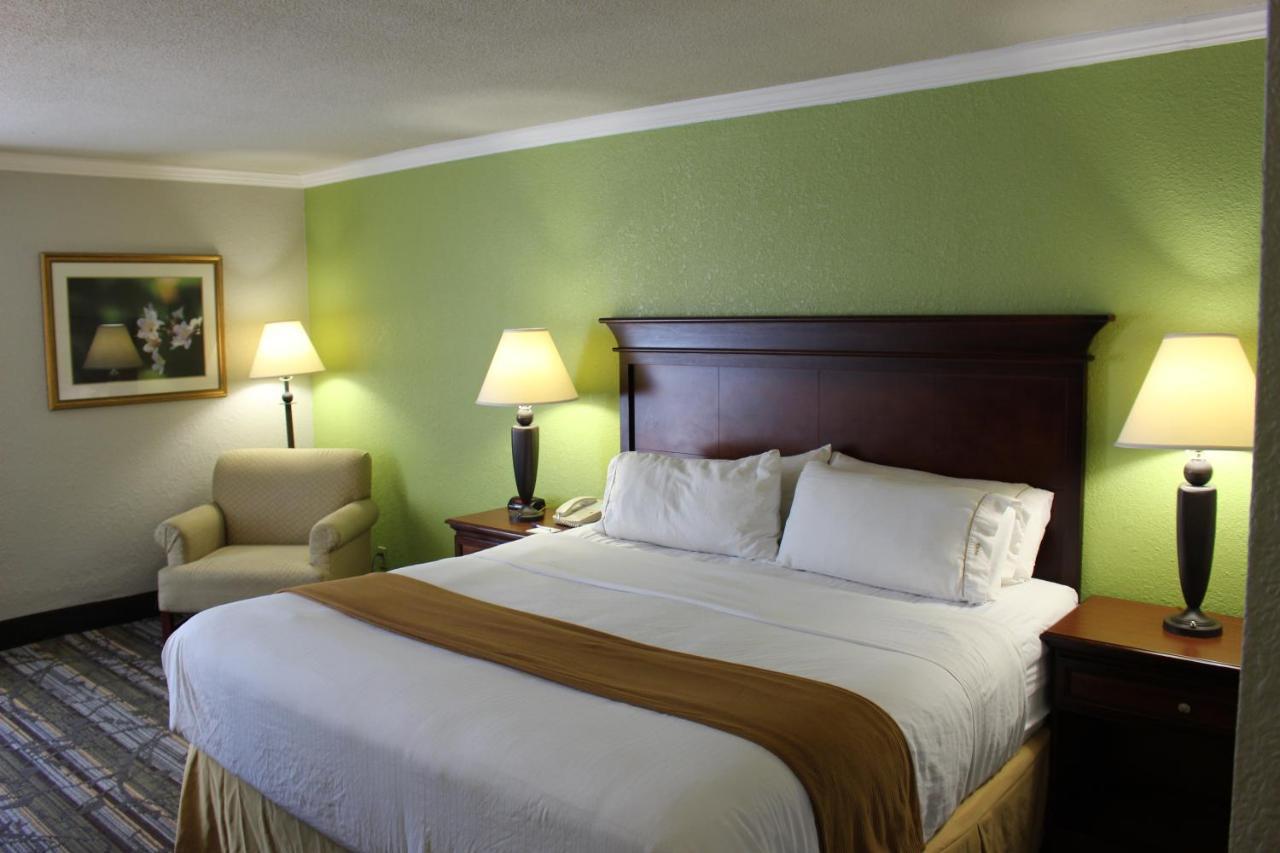 Hotel Wyndham Garden Summerville, SC - Booking.com