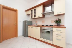 Kuhinja ili čajna kuhinja u objektu Apartments Ruzmarin