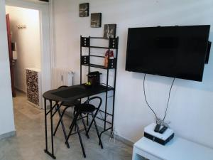 A television and/or entertainment center at Studio Bord De Mer Nice Ouest