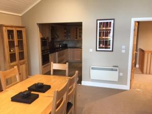 A kitchen or kitchenette at Cameron Club Two Bedroom Golf View Mansion House Apartment L109