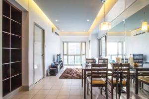 A restaurant or other place to eat at Corner BGC Suite @Parklane