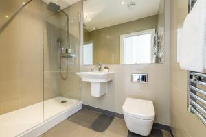 A bathroom at Greenwich Apartments