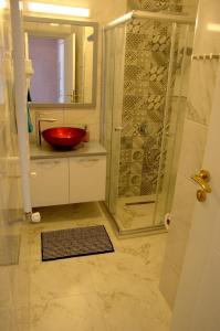 A bathroom at KonukEvim Meşrutiyet