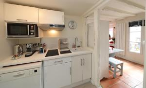 A kitchen or kitchenette at Moulin Rouge Backstage
