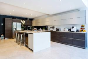 A kitchen or kitchenette at Veeve - Clapham Oasis