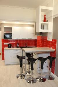 A kitchen or kitchenette at Comfort Arcadia Apartments with Parking