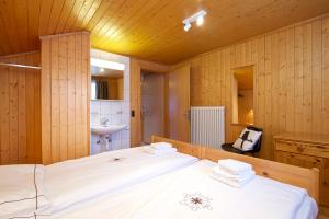 A bed or beds in a room at Chalet Felderhof