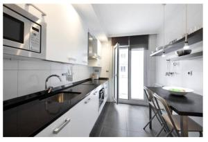 A kitchen or kitchenette at White Cozy Flat in Donostia