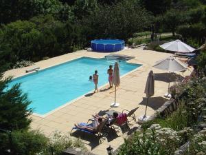 Vue sur la piscine de l'établissement Appartement Chateau en Ardeche Annexe 2 ou sur une piscine à proximité