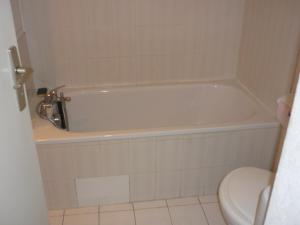 A bathroom at Studio CARQUEIRANNE